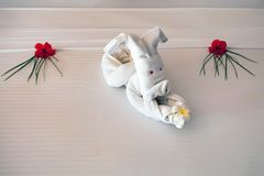 Fermez-vous vers le haut du lapin blanc de serviette dans l'hôtel Image stock