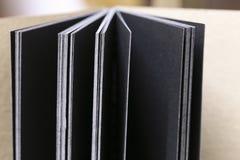 Fermez-vous vers le haut du lieu de travail, carnet sur le fond en bois de table, conception de vintage Photos stock