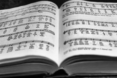Fermez-vous vers le haut du livre d'hymne de Pâques Images libres de droits