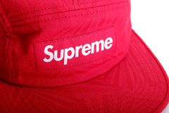 Fermez-vous vers le haut du logo suprême sur le chapeau rouge Photos stock
