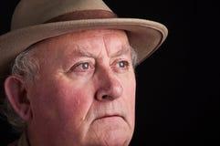 Fermez-vous vers le haut du mâle aîné utilisant un chapeau Photographie stock