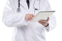 Fermez-vous vers le haut du médecin masculin à l'aide du PC numérique de comprimé Images libres de droits