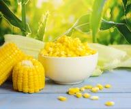 Fermez-vous vers le haut du maïs bouilli sur la table en bois photographie stock