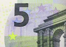 Fermez-vous vers le haut du macro détail du cinquième euro billet de banque d'argent Image stock