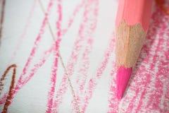 Fermez-vous vers le haut du macro tir des graines de crayon de pile de crayon de couleur Photo stock
