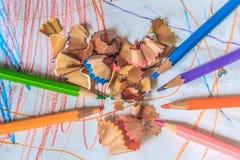 Fermez-vous vers le haut du macro tir des graines de crayon de pile de crayon de couleur Photographie stock libre de droits