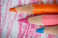 Fermez-vous vers le haut du macro tir des graines de crayon de pile de crayon de couleur Images libres de droits