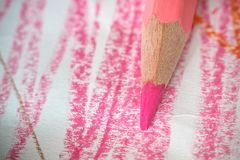 Fermez-vous vers le haut du macro tir des graines de crayon de pile de crayon de couleur Photo libre de droits