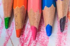 Fermez-vous vers le haut du macro tir des graines de crayon de pile de crayon de couleur Image stock