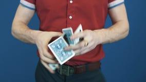 Fermez-vous vers le haut du magicien dans le pas traînant rouge de chemise jouant des cartes, montrez Jocker à l'appareil-photo clips vidéos