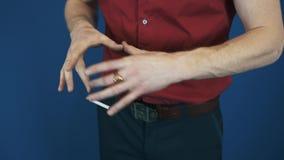 Fermez-vous vers le haut du magicien dans le vol magique de cigarette de foyer de télékinésie rouge de chemise banque de vidéos