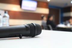 Fermez-vous vers le haut du microphone noir sur la table Photographie stock