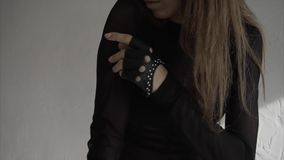 Fermez-vous vers le haut du mouvement lent tiré des bras mobiles de danseuse de femme avec élégance banque de vidéos