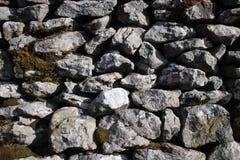 Fermez-vous vers le haut du mur de pierres sèches avec de la mousse Image stock