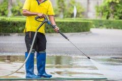 Fermez-vous vers le haut du nettoyage extérieur de plancher avec le jet d'eau à haute pression photo libre de droits