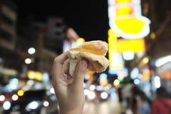 Fermez-vous vers le haut du pain thaïlandais de style rempli de crème anglaise sur un backg brouillé Photographie stock libre de droits