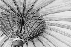 Fermez-vous vers le haut du parapluie traditionnel de la Thaïlande - modifiez la tonalité noir et blanc photos stock