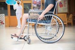 Fermez-vous vers le haut du patient sur un fauteuil roulant Photo stock
