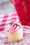 Fermez-vous vers le haut du petit gâteau de jour de valentines de la glace Photo libre de droits