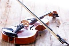 Fermez-vous vers le haut du petit violon pour des enfants sur le plancher Image libre de droits