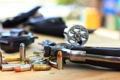 Fermez-vous vers le haut du pistolet de groupe avec la balle sur la table en bois pour le sport en plein air et la chasse image libre de droits