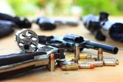 Fermez-vous vers le haut du pistolet de groupe avec la balle sur la table en bois pour le sport en plein air et la chasse, arme à images libres de droits