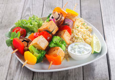 Fermez-vous vers le haut du plat principal des chiches-kebabs sur le riz avec de la moutarde Image stock
