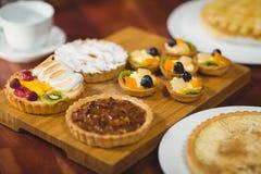 Fermez-vous vers le haut du plateau en bois des pâtisseries savoureuses Image stock