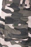 Fermez-vous vers le haut du plein pantalon de poche de camouflage de région boisée Photographie stock