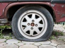 Fermez-vous vers le haut du pneu crevé Images stock
