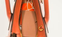 Fermez-vous vers le haut du portefeuille de femme dans la couleur nue et des accessoires dans le sac à main en cuir personnel Photographie stock libre de droits