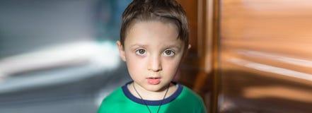 Fermez-vous vers le haut du portrait d'un bébé garçon européen étonné regardant le Ca Photographie stock libre de droits
