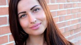 Fermez-vous vers le haut du portrait d'un beau sourire mignon de fille Photos libres de droits