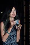 Fermez-vous vers le haut du portrait d'un café potable de fille dans un café de vintage sur la terrasse en Asie images libres de droits