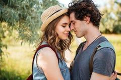 Fermez-vous vers le haut du portrait d'un couple attrayant dans l'embrassement d'amour Photo libre de droits