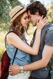 Fermez-vous vers le haut du portrait d'un couple attrayant dans l'embrassement d'amour Photographie stock