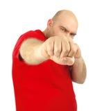Fermez-vous vers le haut du portrait d'un homme agressif montrant son poing photographie stock