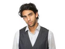 Fermez-vous vers le haut du portrait d'un jeune homme avec l'expression sérieuse images libres de droits