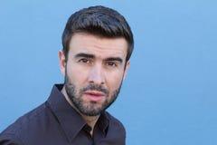Fermez-vous vers le haut du portrait d'un jeune homme avec un visage confus et pensant avec un bon nombre d'espace de copie photographie stock libre de droits