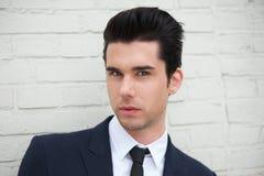 Fermez-vous vers le haut du portrait d'un jeune homme d'affaires beau dehors Image libre de droits