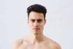 Fermez-vous vers le haut du portrait d'un jeune homme sans chemise beau Images stock