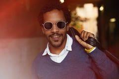 Fermez-vous vers le haut du portrait d'un jeune type noir de sourire Photographie stock