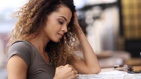 Fermez-vous vers le haut du portrait d'une belle femme détendant en café dehors Photos libres de droits