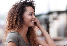 Fermez-vous vers le haut du portrait d'une belle femme détendant en café dehors Photo libre de droits