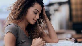 Fermez-vous vers le haut du portrait d'une belle femme détendant en café dehors Photo stock