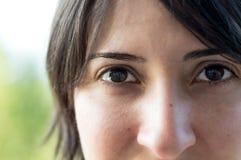 Fermez-vous vers le haut du portrait d'une femme caucasienne de belle jeune brune avec la peau propre saine photographie stock libre de droits