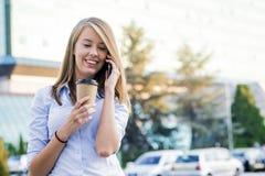 Fermez-vous vers le haut du portrait d'une femme d'affaires joyeuse à l'aide de son smartphone photo stock