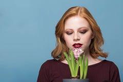 Fermez-vous vers le haut du portrait d'une jeune femme avec des fleurs de jacinthe dessus images stock