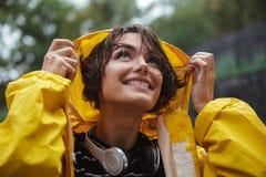 Fermez-vous vers le haut du portrait d'une jolie adolescente de sourire images stock