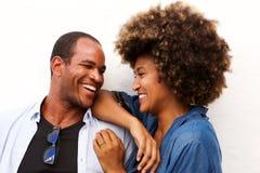 Fermez-vous vers le haut du portrait de beaux couples riant et se tenant d'isolement sur le blanc Images libres de droits